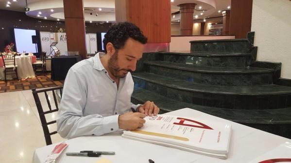 Firma de diplomas de los #aspid2015 por Enrique Culebro, presidente del jurado.