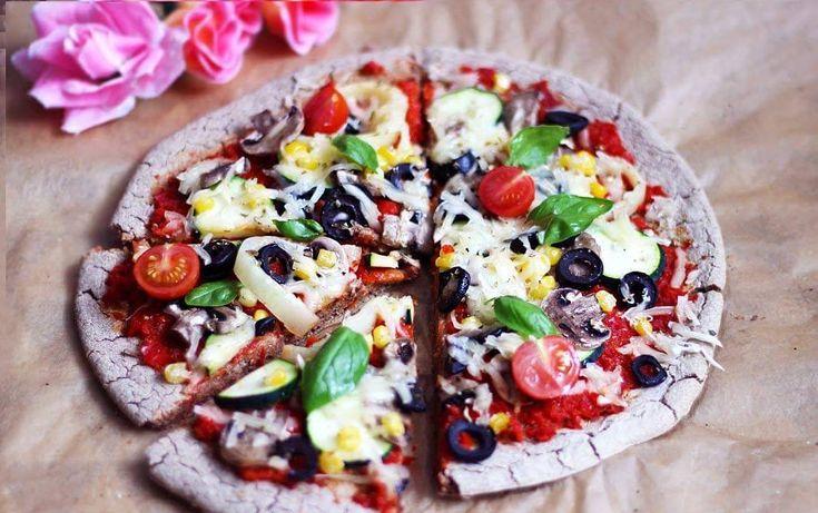 Zeleninová bezlepková pizza s paprikovým základom a rastlinným syrom   RECEPT nájdete aj na mojom YouTube : https://youtube.com/watch?v=wKkKwyxNI_4  INGREDIENCIE:  50g bezlepkovej ovsenej múky 50g pohánkovej múky 1 pl pšenovej múky 1 čl kypriaceho prášku 1/3 čl sódy bikarbony štipka soli sušene oregano, bazalka alebo korenie na pizzu  Na pizzu: papriková omáčka zelenina (cuketa, olivy, kukurica, paprika...) hríby rastlinný syr (ja som použila mozzarelu od violife)  PO...