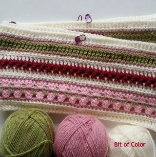 Vind je de dekens van Crochet Along 2014 mooi? Maar zie je het zelf niet zitten om een deken te haken? Je kunt met de steken ook leuke armwarmers maken. De armwarmers zien er dan vergelijkbaar uit als