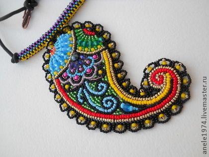 кулон `пейсли или турецкие огурцы`. Чтобы не запутаться, давайте сразу определимся с терминами: индийский, он же турецкий огурец, для Востока — бута, для европейцев — пейсли. Этому ажурному орнаменту, по форме напоминающему то ли каплю, то ли…