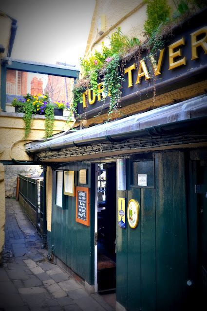 Turf Tavern: Oldest pub in Oxford and we were there on exam day! Such rich tradition! Best spicy veggie burger in England too!