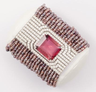 CARTIER JOSEPHINE Bracelet de 20 rangs de perles fines de couleur orné d'un fermoir en or gris à motif géométrique entièrement serti de diamants et d'un important spinelle rose rectangulaire. Poids du spinelle: 31,49 cts - Poids des perles fines: 178,42 cts. P. 71,3g. Signé Cartier et numéroté. Avec écrin. Ce bracelet a fait parti de l'exposition «Art de CARTIER» qui s'est tenu à Shangai du 15 mai au 15 juillet 2004. Il est reproduit dans le catalogue de l'exposition, page 201, sous le N°…