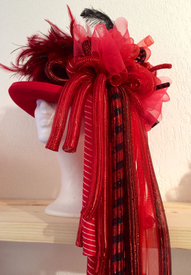 Handmade tophat red/black with CrazyCurls for vastelaovend / carnaval. Order in any colour. Made by BTstyling. http://www.btstyling.nl http://www.facebook.com/beejtheunissen