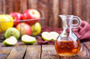 Rezept für ein Apfelessig-Shampoo: Apfelessig Destilliertes Wasser Herstellung: Zu gleichen Anteilen vermischen – fertig.  Wirkung: Kraftvolles und glänzendes Haar, Anti-Schuppen, Tiefenreinigung, gegen fettige Kopfhaut, PH-Wert stabilisierend, Volumen.