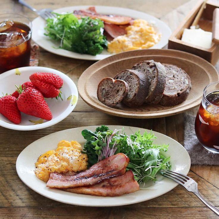 Good morning:)  ククパのレシピ(893419)で作ったスクランブルエッグ成田さんのフライパンで焼いた厚切りベーコンサラダ(ピンクのカイワレみたいなのはラディッシュの新芽)イチゴ#ナカガワ小麦店 のコンプレノアアイスコーヒーで朝ごはん トロトロのスクランブルエッグには粉チーズとブラックペッパーを パンの端っこがに見えるような気も  パンにバター塗ってスクランブルエッグのっけて食べたらめちゃくちゃ美味しかった   無意識に選んだけどたまたま偶然グラスとイチゴのお皿が鳥柄だった  #吉田次朗 #棚橋祐介 #西山美貴子 #subikiawa食器店 #須田二郎 #三谷龍二 by cao_life