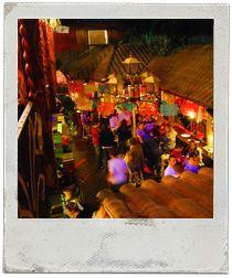 Pendejo, restaurant mexicà, decorat com un petit poble mexicà.