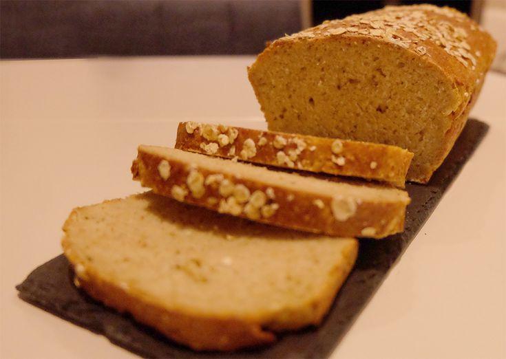 Jakten på det optimale matpakkebrødet har begynt! Havregrynene gir en saftig og litt nøtteaktig smak, og jeg ble belønnet med et velsmakende og luftig brød.  Ingredienser 25 gram gjær 4 dl me...