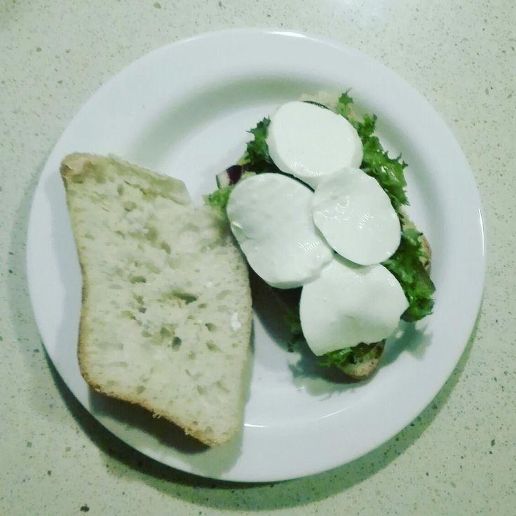 Pues aquí esta mi cena, una pieza pequeña de pan con pepinillo, lechugas, queso fresco y una pizca de mahonesa+mostaza. Buen provecho!! #bocata #bocatavegetal #dinner #cena #cenarica #makeupsandy