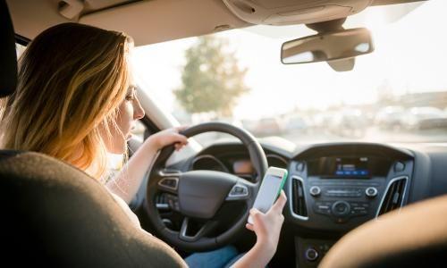 """In-Traffic Reply: Wenn du nicht rangehen kannst, antwortet die App für dich  Bei einer Geschwindigkeit von 120 km/h legt ihr pro Sekunde fast 28 Meter zurück – genau das macht den kurzen Blick auf das Handy während der Fahrt so gefährlich. Um diesen """"Blindflug"""" zu verhindern, hat Samsung die App 'In-Traffic-Reply' entwickelt, die auf eingehende Nachrichten automatisch reagiert."""
