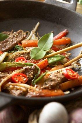 Carne de res y muchas verduras marinados en soya al wok.
