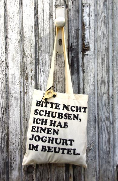 """- mit Siebdruck bedruckter Jutebeutel mit süßem Spruch:  """"Bitte nicht schubsen, ich hab einen Joghurt im Beutel""""   - """"Das goldene Taxi"""" als Filz An..."""