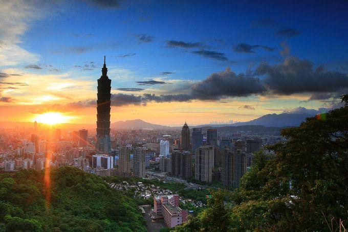 Taipéi, Taiwán. Una campaña de renovación urbana muy ambiciosa ha visto a Taipei convertirse en uno de los destinos emergentes que cualquiera debería visitar en 2015. La escena artística florece en Boho mientras que si te gusta ir de compras Taipei tiene centros comerciales para parar un tren (el increíble Taipei 101 es el paraíso sobre la tierra para los adictos al shopping). ¿Quién podría pedir más? Haz clic en este enlace para descubrir más cosas estupendas que hacer en Taipei.