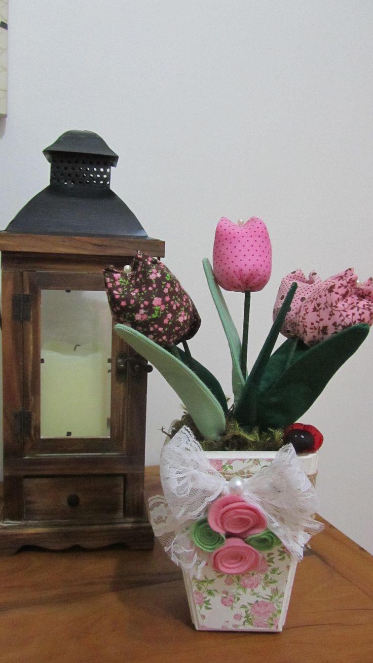 Vaso de tulipas aromatizadas www.facebook.com/Arteirosateliedeideias www.marcia-arteiros.com http:/marciabekcivanyi.elo7.com.br