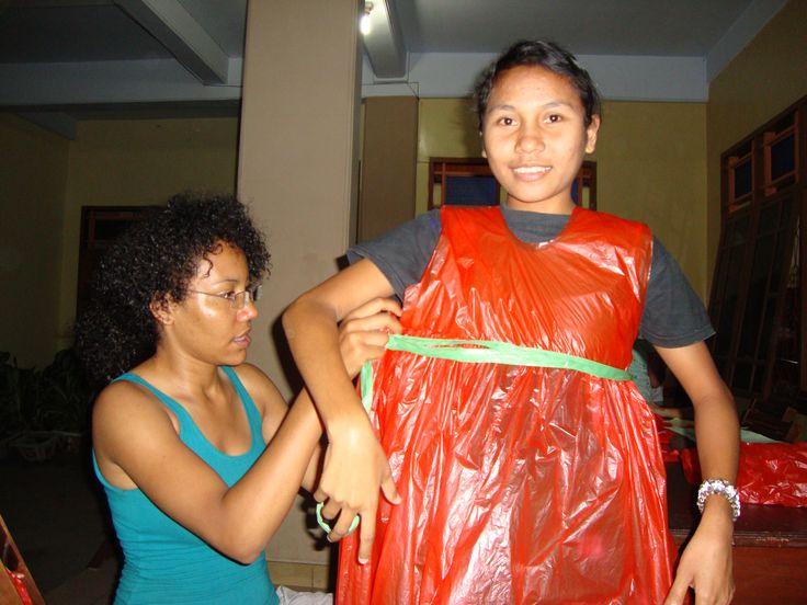 Anbasja Blanken maakte met de jongeren een modeshow met kleding gemaakt door plastictassen.