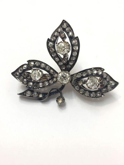 Online veilinghuis Catawiki: Broche in de vorm van een blad, eind 19e eeuw. Goud en zilver, versierd met 1,65 ct aan diamanten.