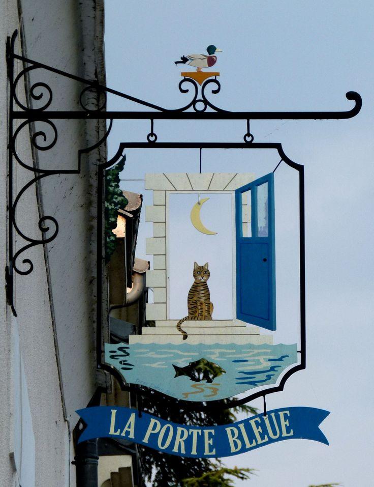 Enseigne porte bleue à Amboise