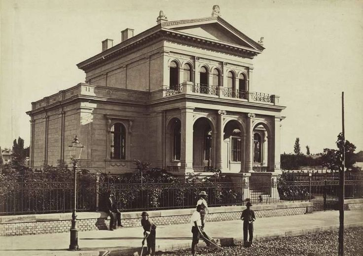 1880 körül. Andrássy (Sugár) út 123., ma a török nagykövetség épülete. Tervezte Kolbenheyer Gyula, építette a Sugárúti Építő Vállalat 1876-78.