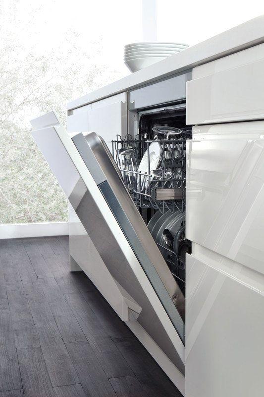 Посудомоечные машины нового поколения Новые разработки современных производителей техники не перестают удивлять. Так, уже существуют посудомоечные машины, очищающие посуду с помощью пара или ультразвука. Паровые посудомойки при этом более эффективно справляются со сложными загрязнениями, тише работают и бережнее относятся к посуде. Ультразвуковые, в свою очередь, могут похвастаться экономичностью: они не требуют ни воды, ни моющих средств, да и электричества потребляют минимально.