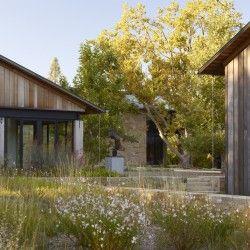 Prezentowany ogród należy do grona wrażliwych na otaczający krajobraz aranżacji, w których zaciera się różnica pomiędzy tym co jest wytworem ludzkich rąk a naturą. Cały ogród tworzy serię wnętrz krajobrazowych, które płynnie rozmywają się w otoczeniu. Więcej: http://sztuka-krajobrazu.pl/672/slajdy/projekt-ogrodu-woodside-residence