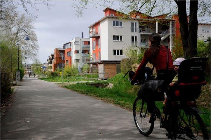 В Германии в городе Фрайбурге существует престижный район, в котором на законодательном уровне запрещено ездить на автомобиле. Исключительно на велосипедах. По периметрам пешеходной зоны расположены гаражи, где жители оставляют свои машины и продолжают свой путь по району либо пешком, либо на велосипеде.  Этот экологически чистый район, под название Фаубан, пользуется бешеной популярность у горожан. Видимо для немцев намного важнее чистый воздух, чем комфортабельные передвижение на авто.