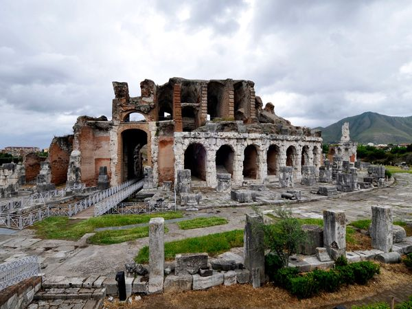 L'Anfiteatro Campano sorge in posizione marginale rispetto al centro urbano di Santa Maria Capua Vetere.