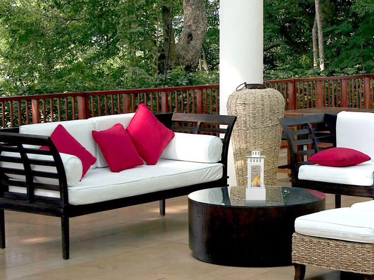 Biochimenea farol serie Iris. Disponible en color negro o blanco. Para uso exterior o interior. Con su efecto de llama-Vela, crea un ambiente relajante.