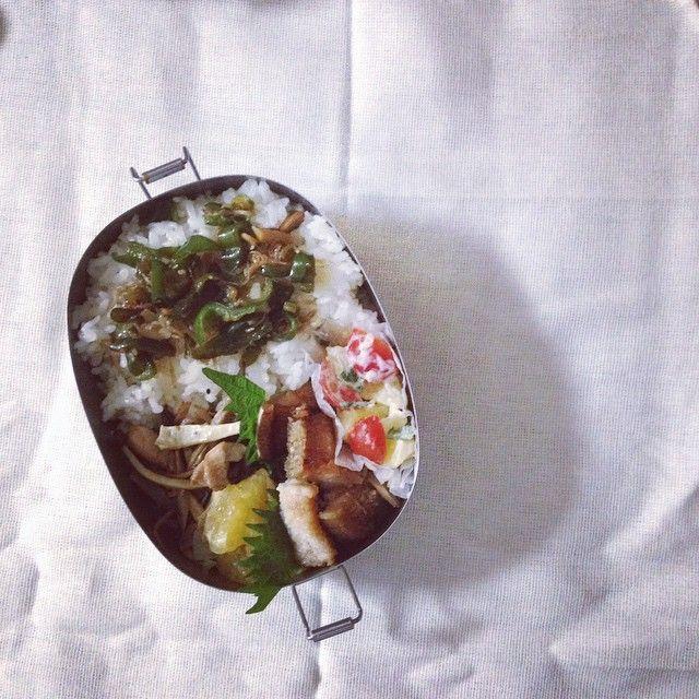 2015.6.11 *鱧の蒲焼き/ごぼうとブロッコリーの茎の金平/ポテトとミニトマトのサラダ/ピーマン雑魚炒め/サウスオレンジ _______________________________///今日も、給食とは別メニューで。  今日から、長男は一泊移住へ。  持ち物の中の牛乳パックを前もってチェックするだけでもびっくりだったのに、前日に全ての持ち物を持って行ってチェック、更には当日の今日も再度持ち物チェックするなんて、意味が分かりません。 半ズボンジャージの上に長ジャージ履いて行くのも、強制とかで、ゴワゴワのジャージ姿で出て行きました。変なの。