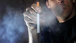 Los cigarrillos electrónicos pueden llevar a consumo de drogas, según estudio - BBC Mundo