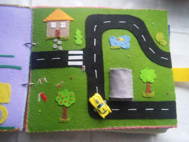 """Quiet Book - Livro Interactivo, pág 6 """"A Vila"""", em feltro e com um carrinho de acessório que tem a sua própria garagem!"""