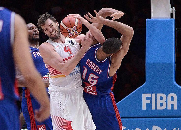 Tampoco vio la imagen más simbólica: su selección luchaba cada balón como si fuera el último (FIBA)