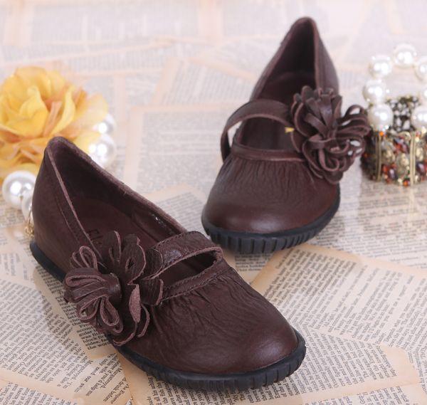 Обувь : Кожаные балетки с ремешком на подъеме, украшенным цветком