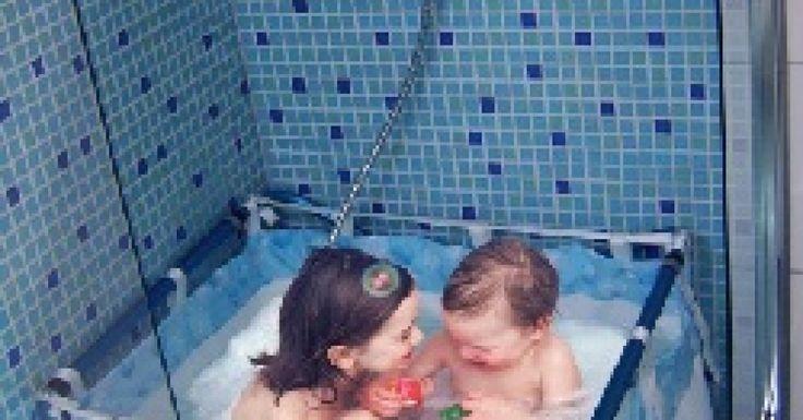 Bulles, mousse et clapotis : les joies du bain, c'est terminé dès l'âge de 1 an ! Du moins quand on habite en appartement, avec une douche ordinaire, et que la baignoire de bébé devient trop petite. C''est jeune pour renoncer à l''eau ! Avec Bibabain, un sursis est accordé jusqu'à 7 ans : cette baignoire pliante ultralégère s'adapte à toutes les douches. On évacue l''eau par le fond et on lave la housse en toile à la machine. En été, elle devient baignoire portative, à emporter e...