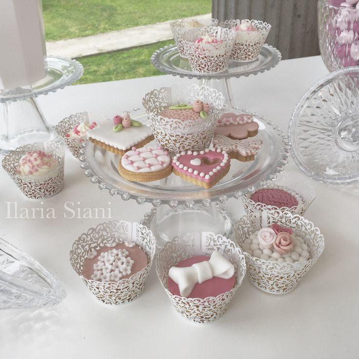 """Per un matrimonio sui toni del rosa 🌸 #instafood #ilas #ilassweetness #cupcakes #biscotti #cakedesign #pastadizucchero #sugarpaste #wedding #matrimonio #weddingday  Per info e richieste contattami qui  www.facebook.com/ilascake  e se ti va metti """"mi piace"""" alla mia pagina 👍🏻"""