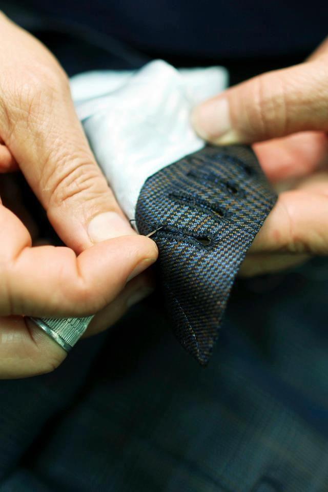 Οι λεπτομέρειες κάνουν τη διαφορά σε ένα καλοραμμένο ένδυμα. Ένδειξη ενός καλού χειροποίητου κοστουμιού… οι αληθινές κουμπότρυπες ραμμένες στο χέρι και όχι στη μηχανή.