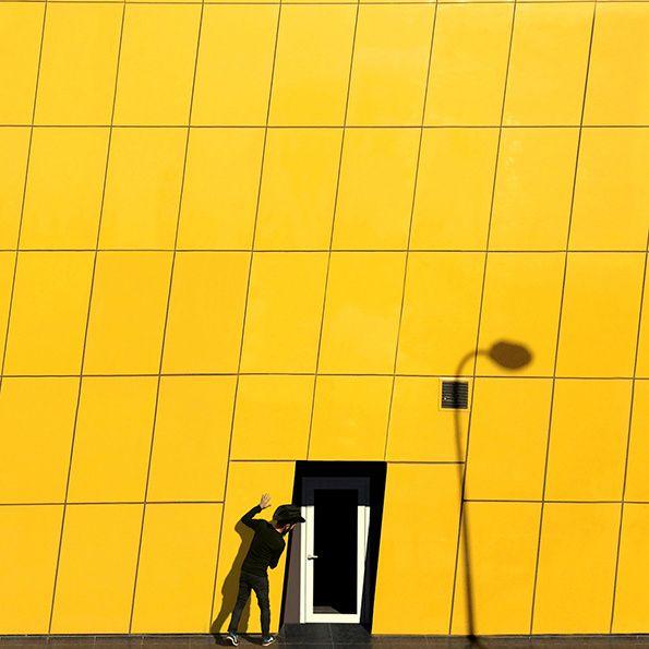 Yener Torun est un architecte de 32 ans basé à Istanbul dont le paysage architectural est largement constitué par des bâtiments incroyablement lumineux et dominé par des motifs géométriques. Yener documente quotidiennement ces lieux magnifiques qu'il met en scène avec des personnages subtilement incrustés dans le décor.