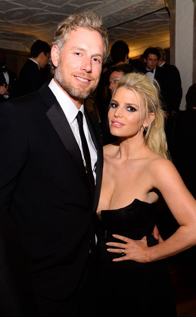 Jessica Simpson Risks Nip Slip In Low Cut Dress Gives Wedding Update Hair Pinterest Famosos And Parejas