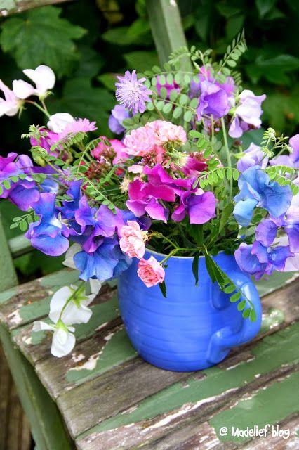 Veldboeket in een blauwe vaas   Tips: http://www.jouwwoonidee.nl/veldboeket-fotos-tips/
