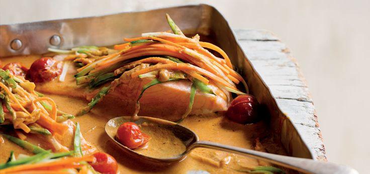 zalm in rode curry hoofdgerecht | 4 personen 1 wortel, in reepjes 100 g peulen, afgehaald, in reepjes 1 courgette, overlangs gehalveerd, in reepjes 60 ml rijstolie 3 bosuien, fijngesnipperd 2 tenen knoflook, fijngehakt 75 g Thaise rode currypasta 1 blik van 400 g cherrytomaatjes 2 el vissaus 1 el limoensap 375 ml kokosmelk 4...