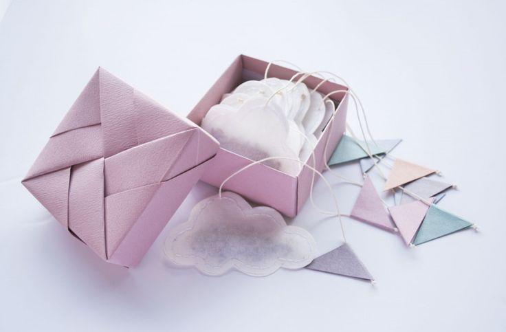 petit cadeau fait maison ! Faire des sachets du thé préféré de votre ami(e) avec des filtres à café et les coudre en forme de nuage… Créer une petite boite à partir de ce tuto pour les offrir !