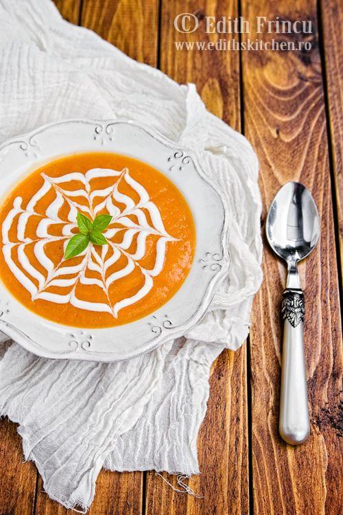 Supa crema de dovleac, cu dovleac, ceapa, ardei gras si putin ghimbir. Totul ornat cu iaurt.