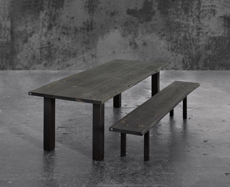 Plankebord med tilhørende bænk i sortolieret eg med jern stel