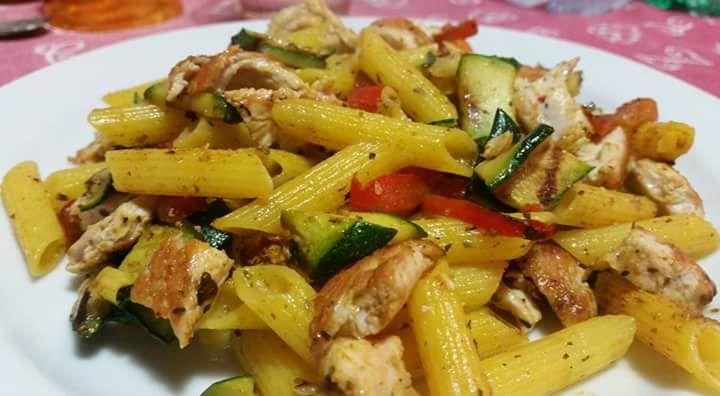 Penne speziate - di Francesca Materazzi Grigliare zucchine e peperoni, ridurli a listerelle. Grigliare il tacchino/pollo/maiale, tagliare a filetti. Cuocere la pasta di mais e riso. Scolare, lascia...
