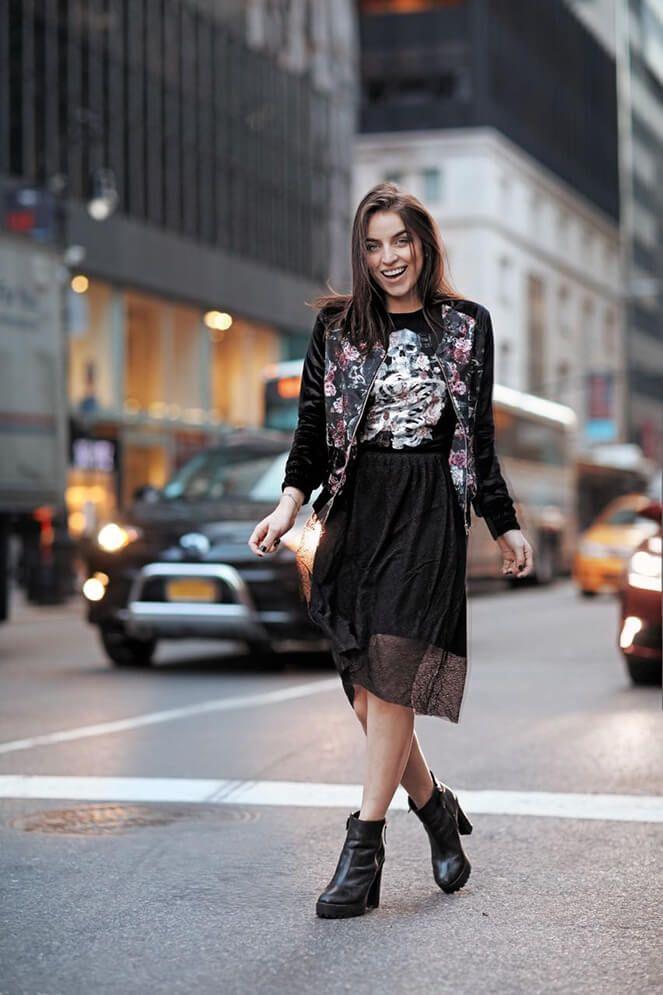 Look Bruna Unzueta inspirada na nova coleção da Riachuelo: estampas e t-shirt, que deu um toque bem street e hi-lo com a saia em renda
