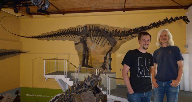 Ricercatori dell'Università di Torino e Lisbona scoprono una nuova specie di dinosauro  (Il paleontologo Emanuel Tschopp e Ben Pabst davanti allo scheletro della nuova specie dedicata a Pabst nel Sauriermuseum Aathal - Galeamopus pabsti - copyrightUrsMoeckli)
