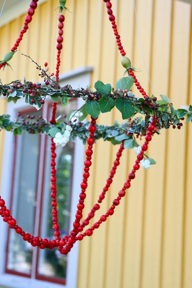 Min mamma har gjort en så fantastisk höstkrona! Den hänger på verandan och är gjord av diverse höstfynd från naturen.    Rönnbär, röda oc...