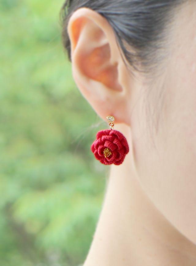浴衣に♬正絹 ほんわり椿のストーン付きピアス 白 つまみ細工 和 or 浴衣 or 着物 丸薔薇 バラ 薔薇