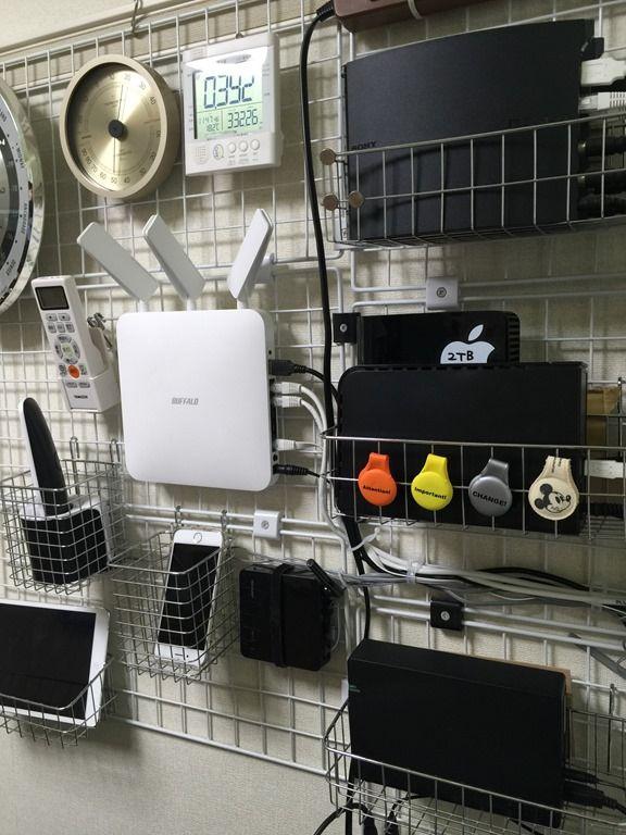 テレビ周りのケーブル整理と配線方法。壁掛けワイヤーネットと突っ張り棚で収納する。 | KJ新谷のビジネス幼稚園