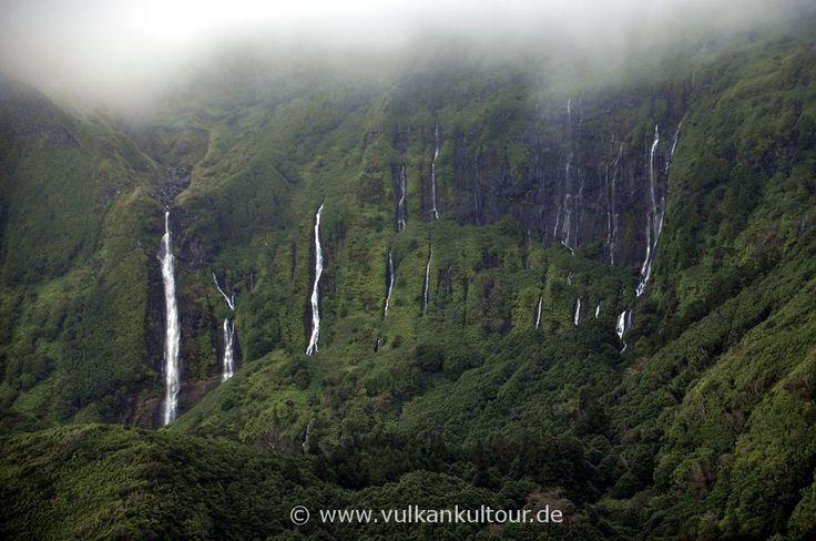 Tropische Vegetation und Wasserfälle auf Flores (Azores)