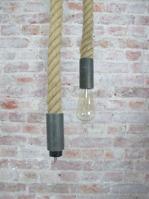 Het touw van deze lamp is afkomstig van een klimtouw, met de stalen uiteinden nu een stoere lamp voor aan wand. Charkov is de grote stoere versie van de touwlamp Rio.
