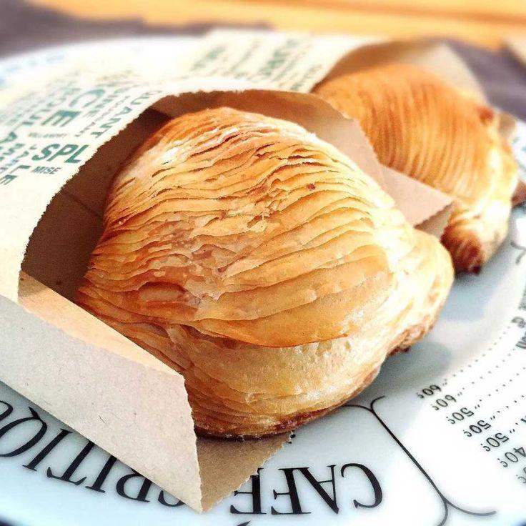 「スフォリアテッラ」は貝殻のような見た目、パイのような層の中にクリームが入ったイタリアのナポリ地方の名物菓子です。バターではなくラードを使用することからバリバリ感が強く、さっくりとした歯ごたえを楽しめます。手作りで作ってみませんか? (2ページ目)
